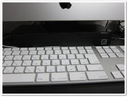 iMacの下に普通に収まるのがイイ感じ